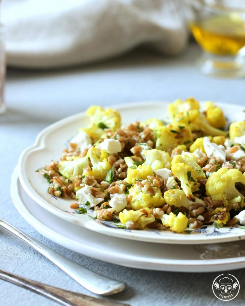 Тёплый салат с полбой и цветной капустой