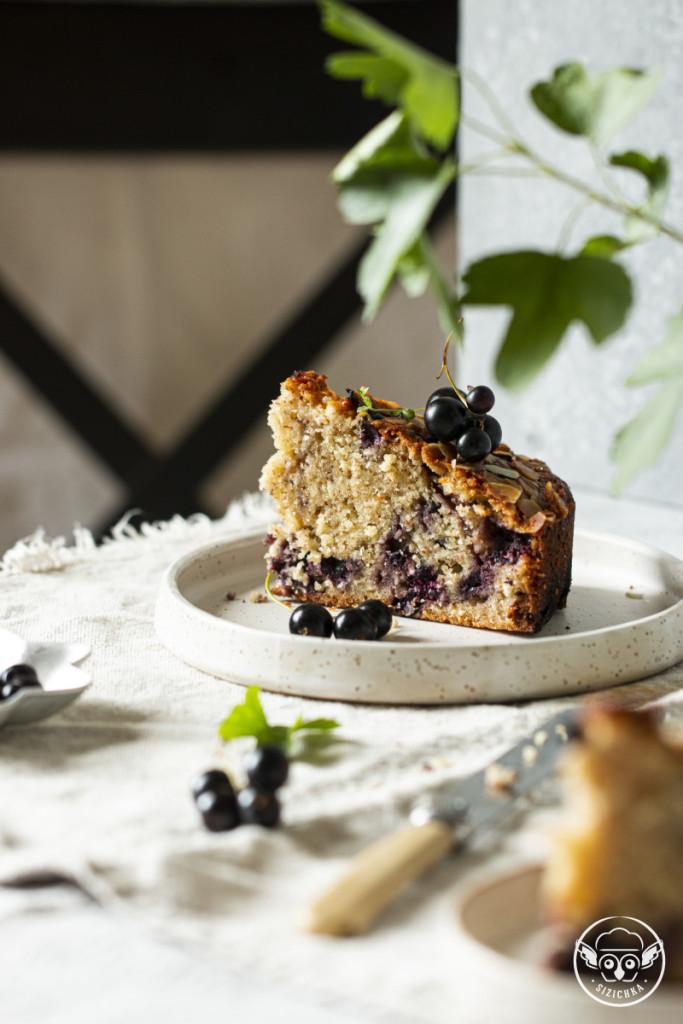 Миндально-кокосовый пирог с чёрной смородиной