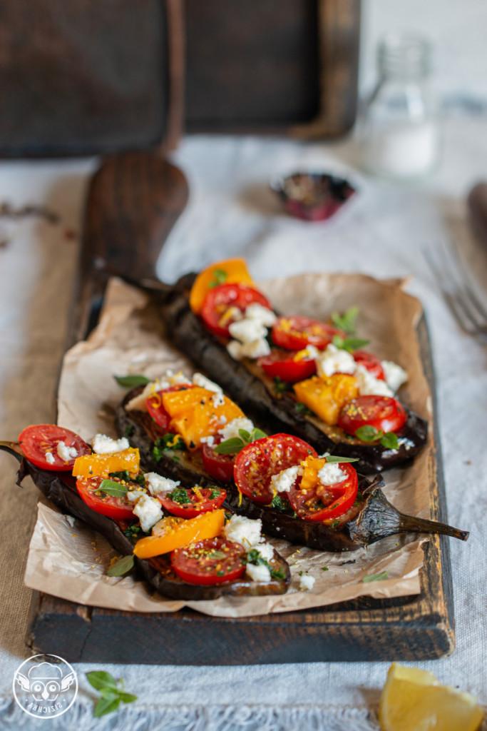 Баклажаны с гремолатой, помидорами черри и сыром