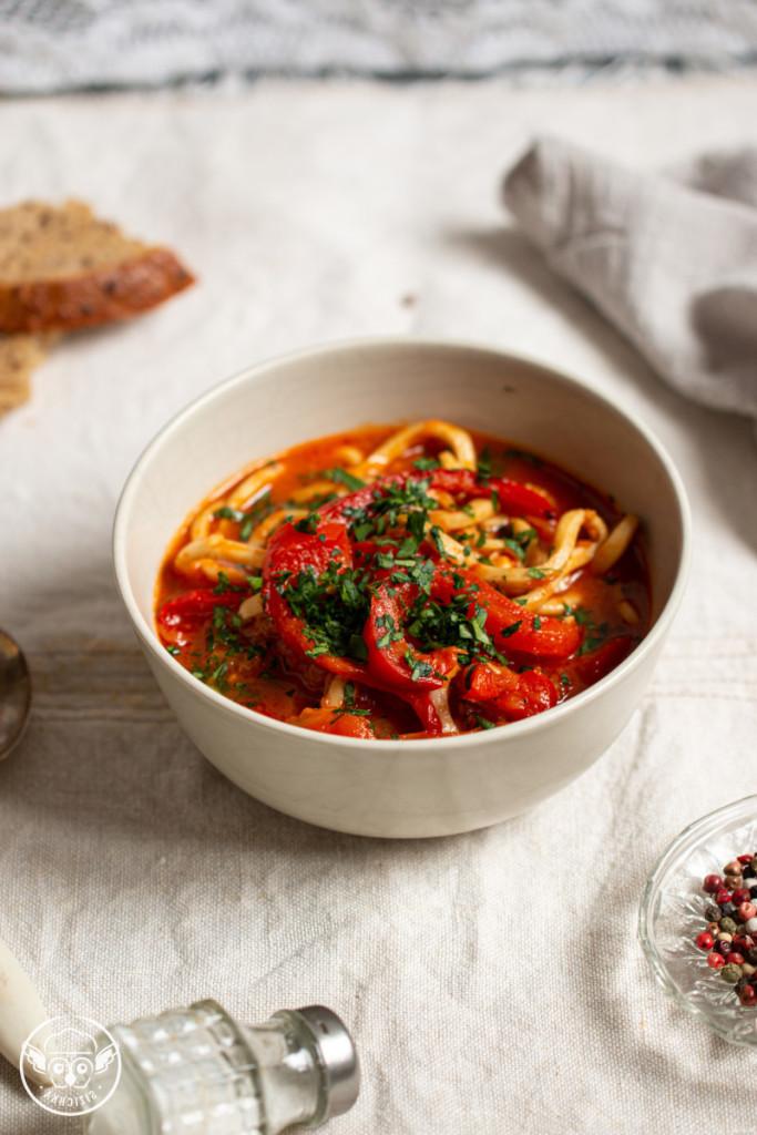 Кальмары в томатном соусе с перцем